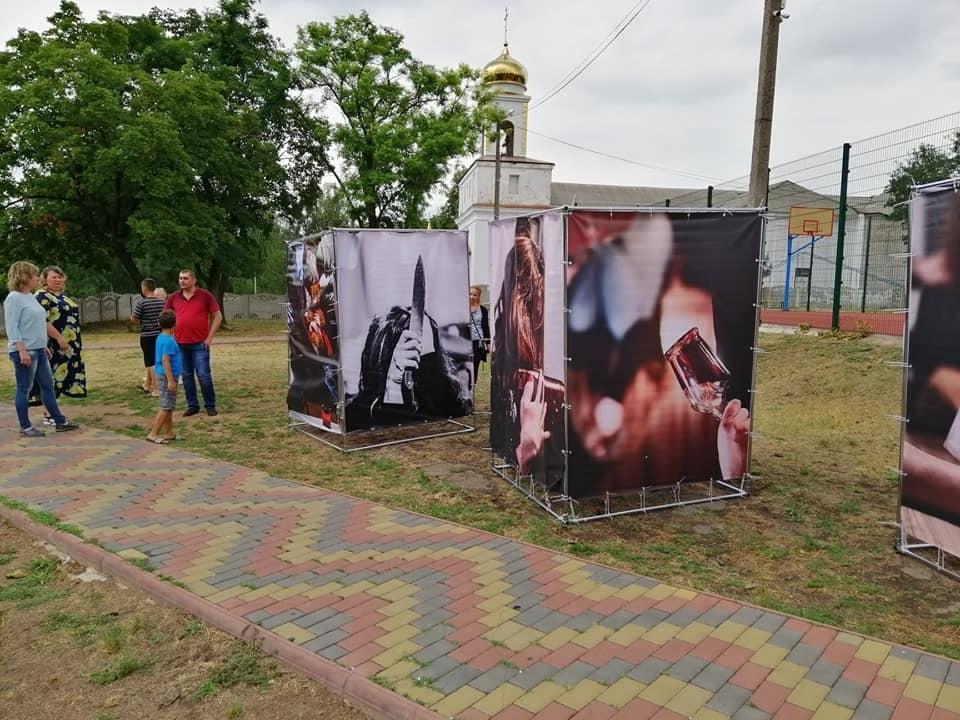 """Пересувну Фотовиставку """"За зачиненими дверима"""" експонують в Новоукраїнській ОТГ"""